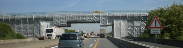 Hängegerüst unter Brücke